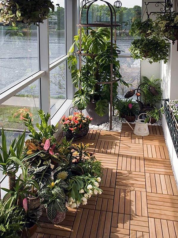 Пример украшения интерьера маленького балкона растениями