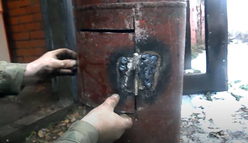 Приваривание петель для навесной дверцы буржуйки