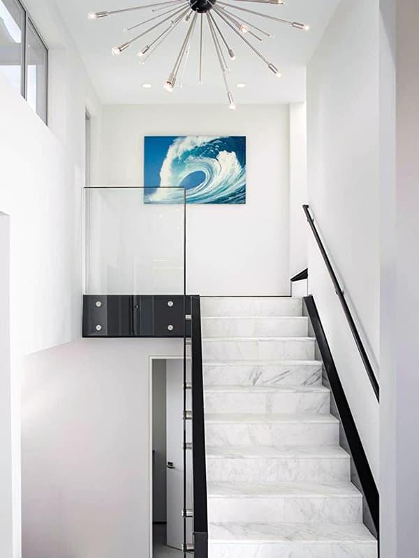 Прямая каменная лестница в доме