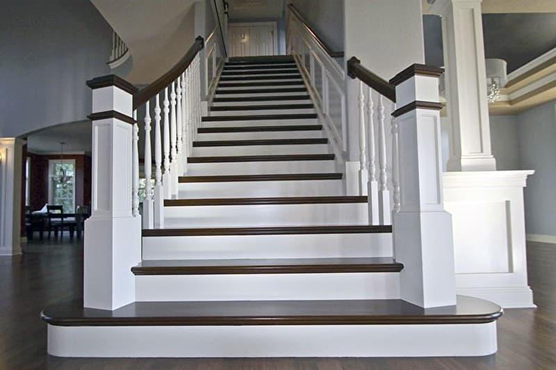 Прямая маршевая лестница в интерьере