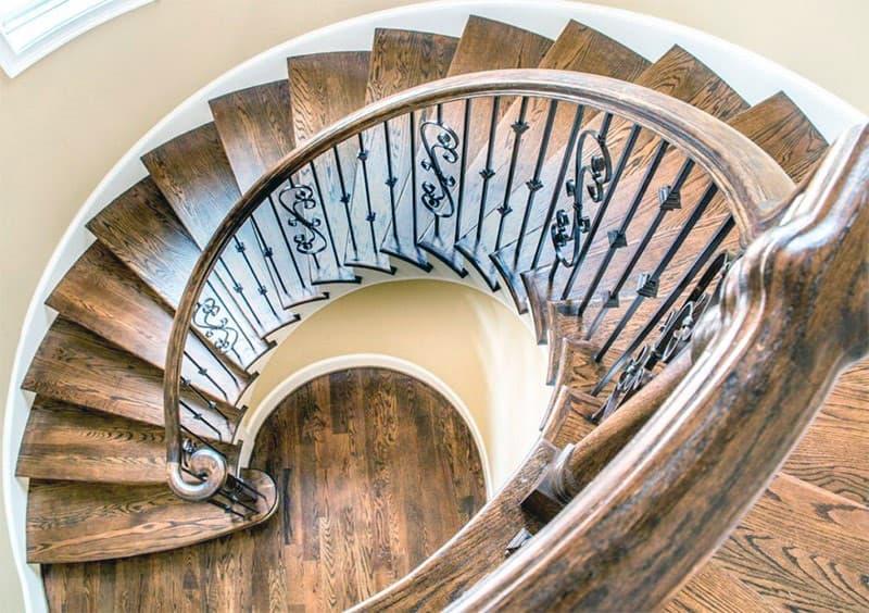 Спіральні сходи в будинку