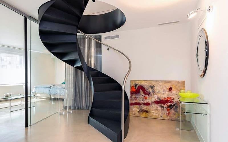 Спиральная лестница в интерьере