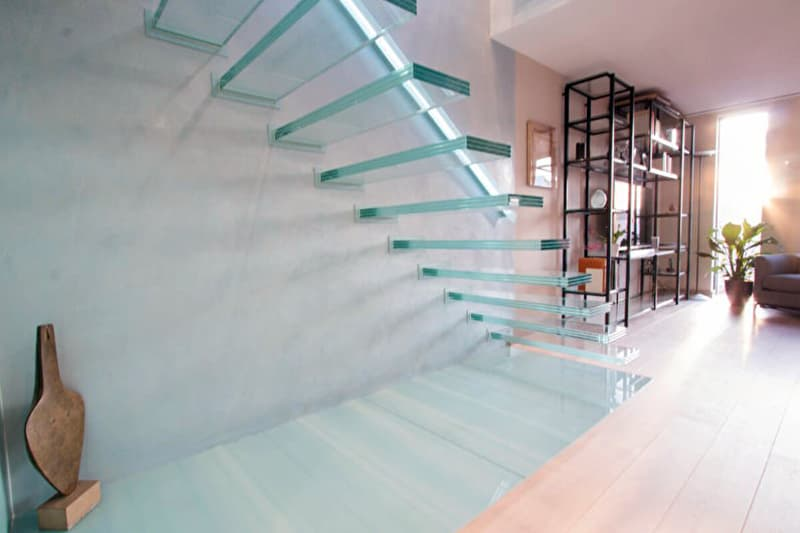 Скляні сходи в будинку