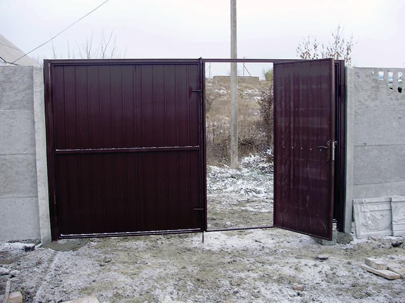 Ворота з профнастилу з вбудованою хвірткою