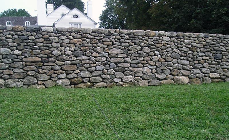 Забор выложенный из камней валунов