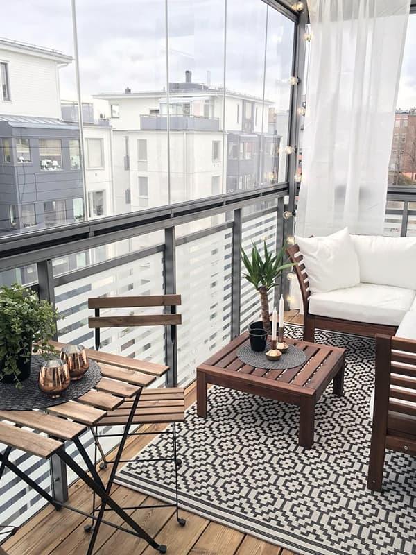 Зона відпочинку на заскленому балконі