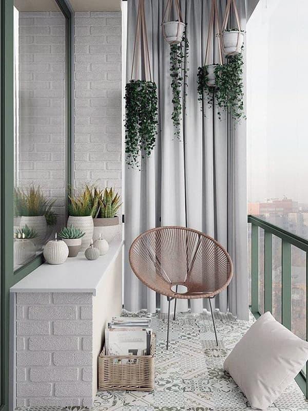 Зона отдыха с креслом на балконе