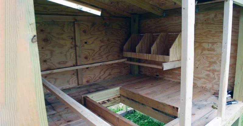 Деревянный пол для курятника