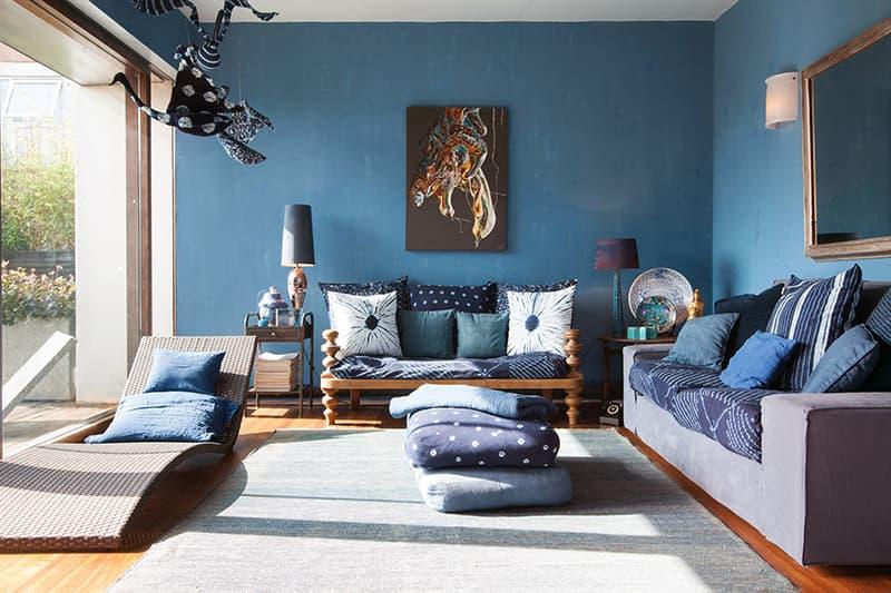 Покраска стен в гостиной акриловыми красками в синих тонах