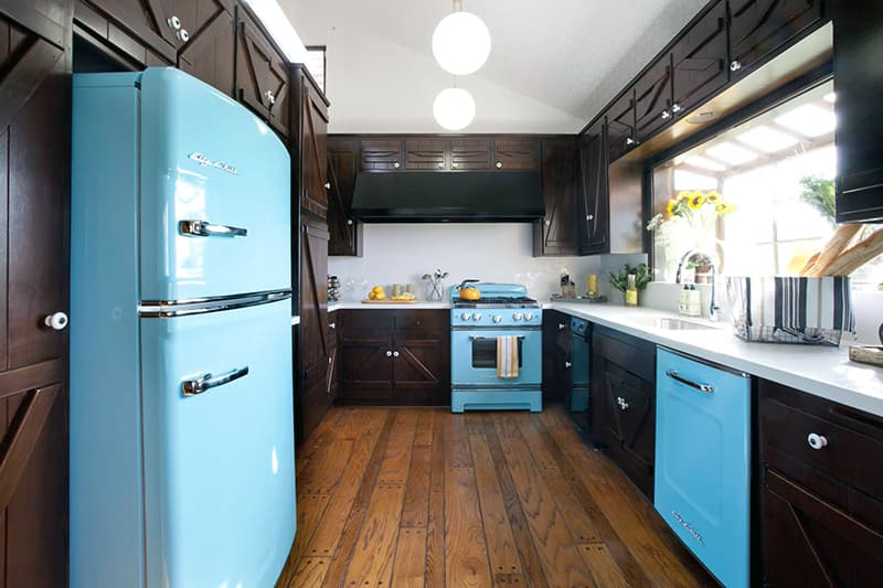 Кухня с коричневыми элементами