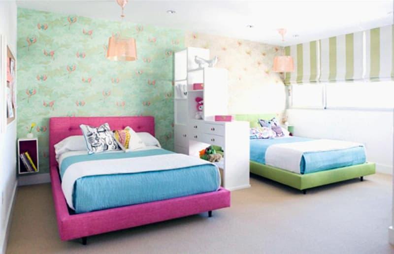 Двуспальная кровать в комнате подростка