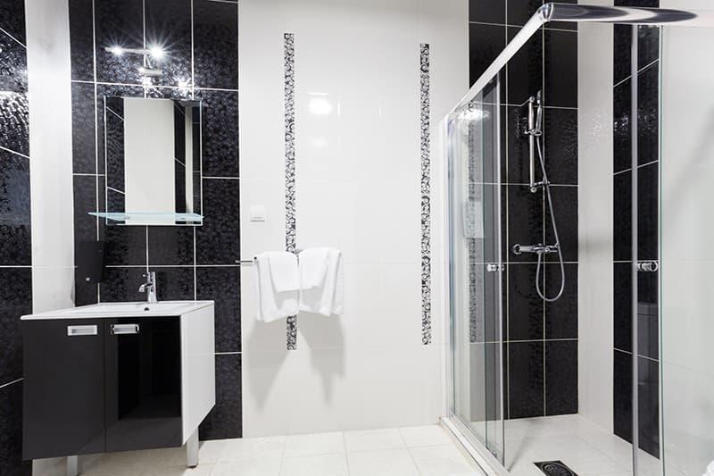 Элементы ванной комнаты по углам