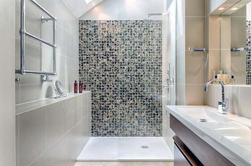 Мозаїчна плитка у ванній кімнаті