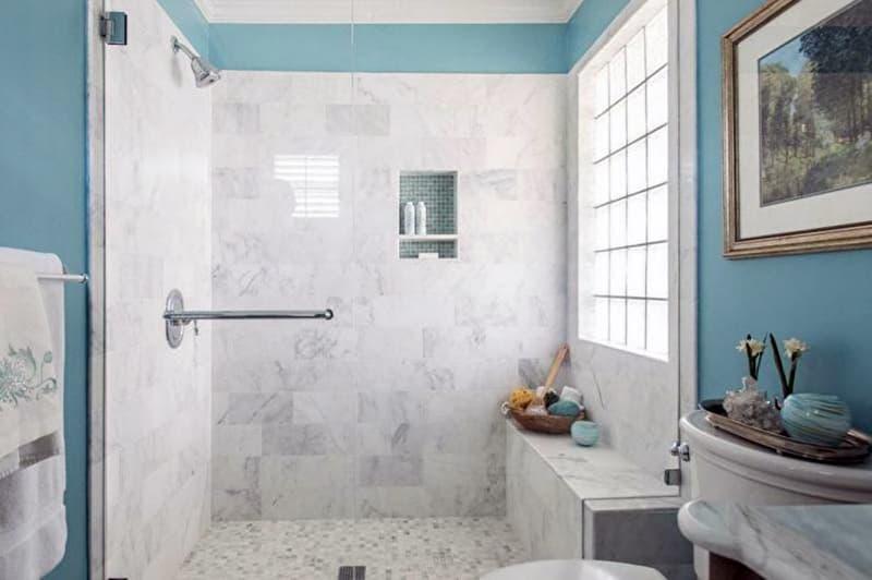 Приклад ванної кімнати з мармуровими елементами