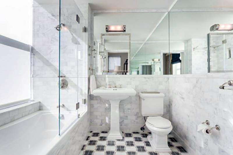 Реальный дизайн небольшой ванной комнаты с мрамором