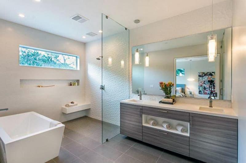Реальный дизайн открытой светлой ванной комнаты