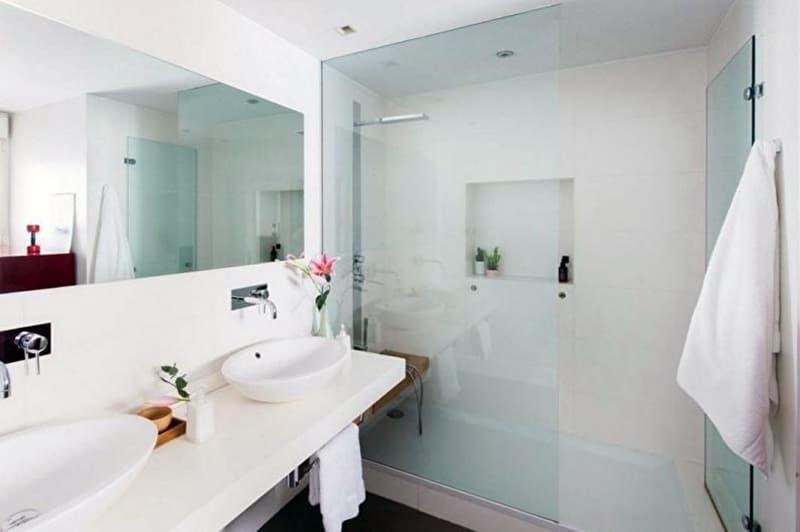 Реальный дизайн ванной комнаты с большими зеркалами