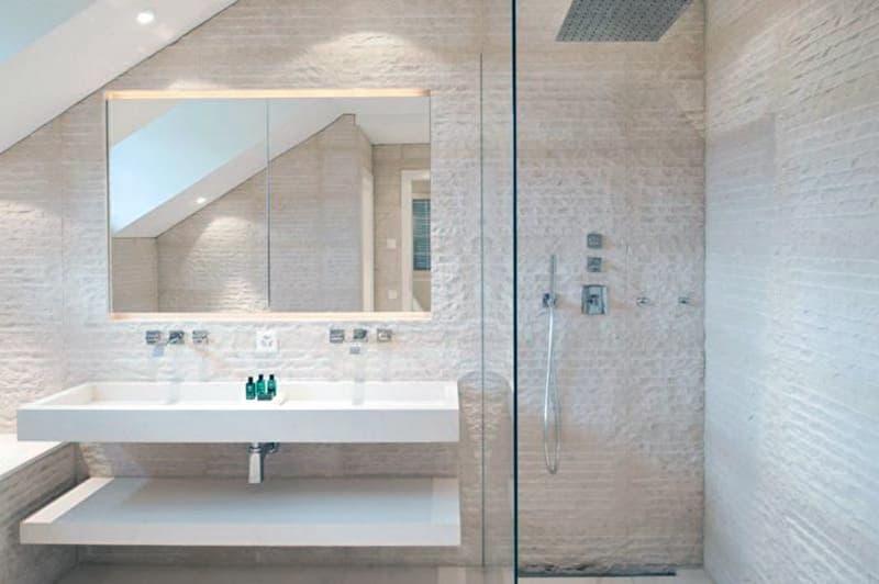 Реальный дизайн ванной комнаты с открытой душевой кабиной в бежевых тонах