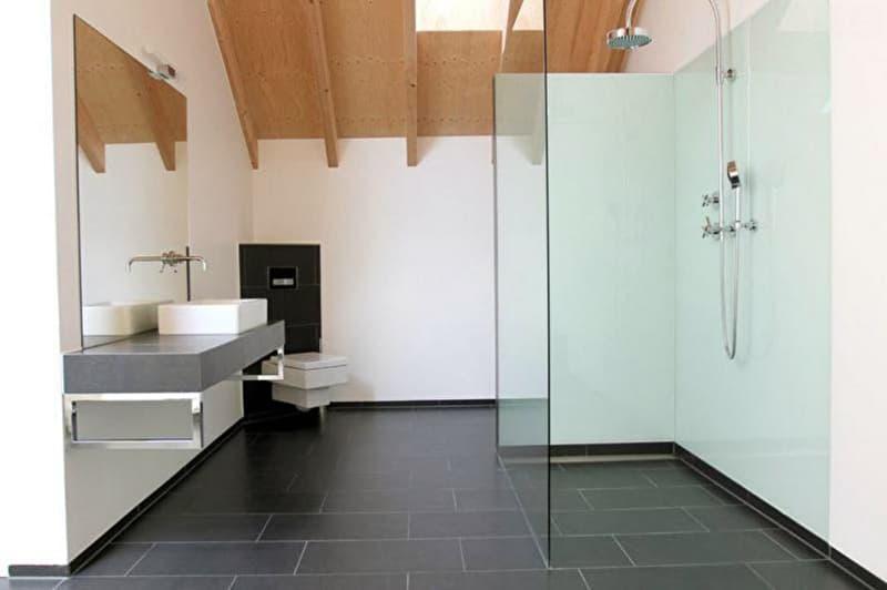 Реальний дизайн ванної кімнати з відкритою душовою кабіною в світлих тонах