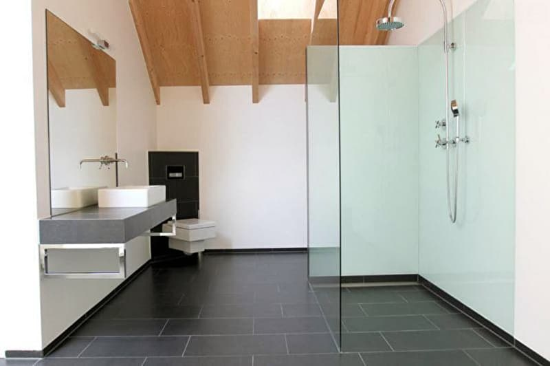 Реальный дизайн ванной комнаты с открытой душевой кабиной в светлых тонах