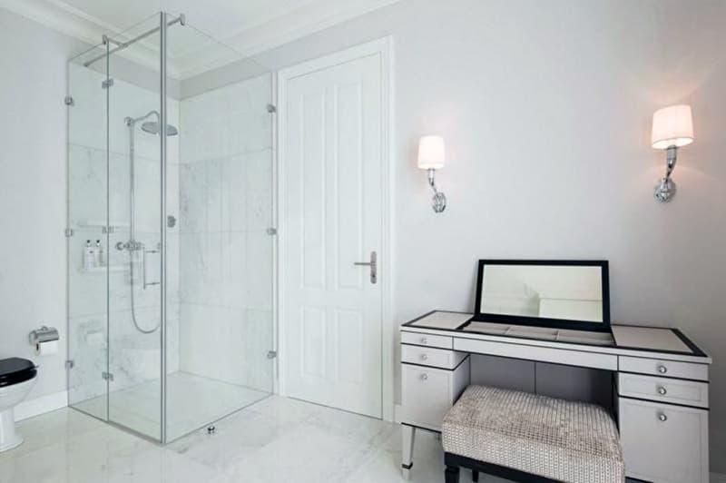 Реальный дизайн ванной комнаты с прозрачной душевой кабиной