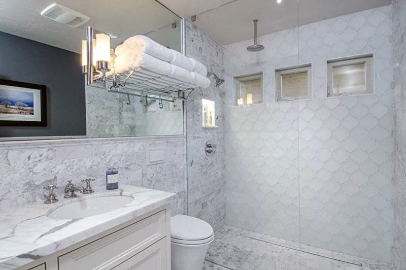 Реальний дизайн ванної кімнати зі світлими елементами