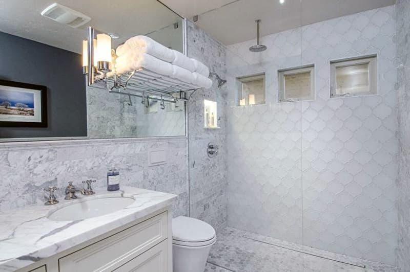 Реальный дизайн ванной комнаты со светлыми элементами