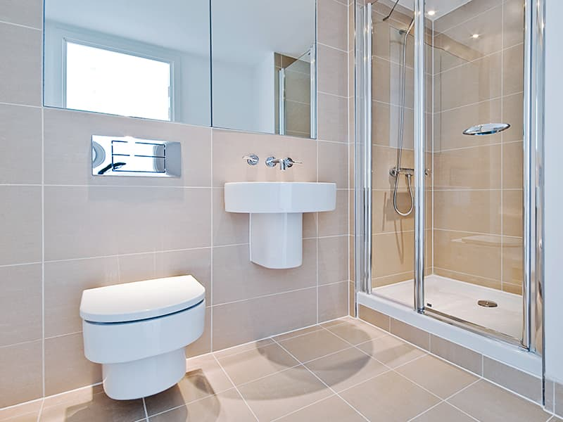 Світлі відтінки підлоги і стін у ванній кімнаті