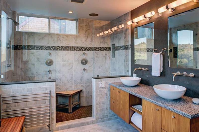 Ванна кімната з комбінованими матеріалами