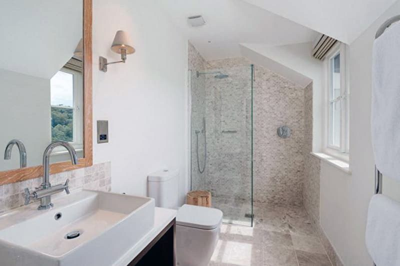 Ванная комната с мозаичной плиткой
