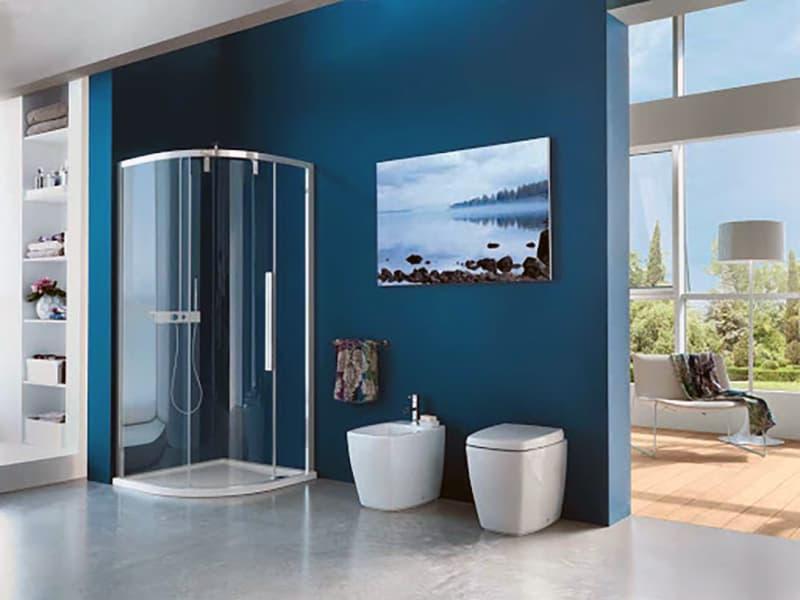 Ванна кімната з синіми елементами