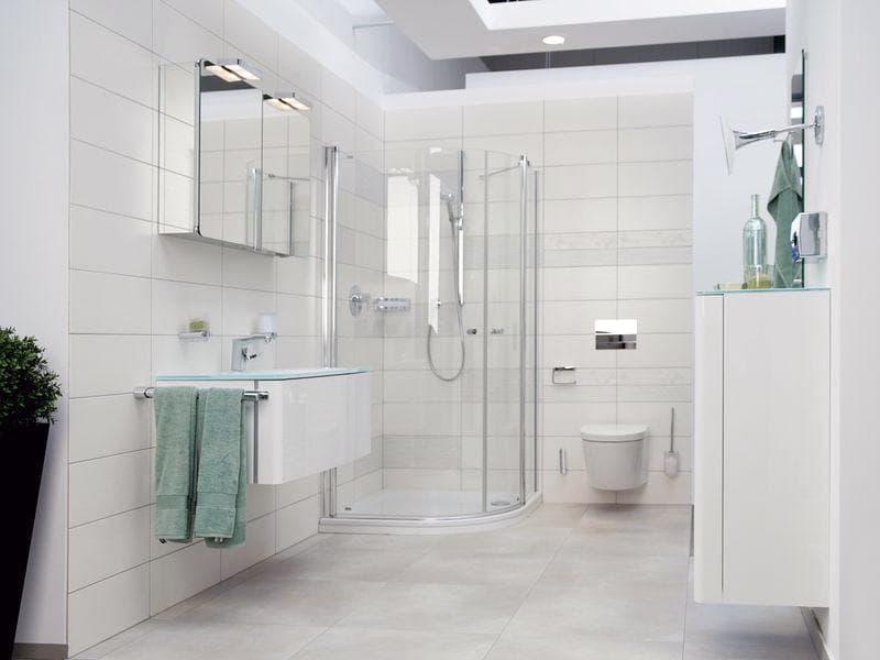 Ванная комната в белых оттенках