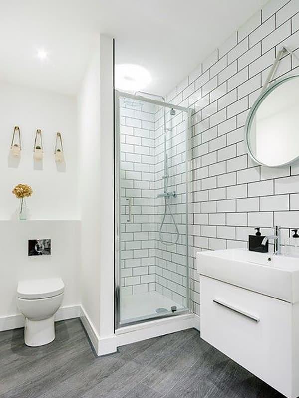 Ванна кімната в білих тонах