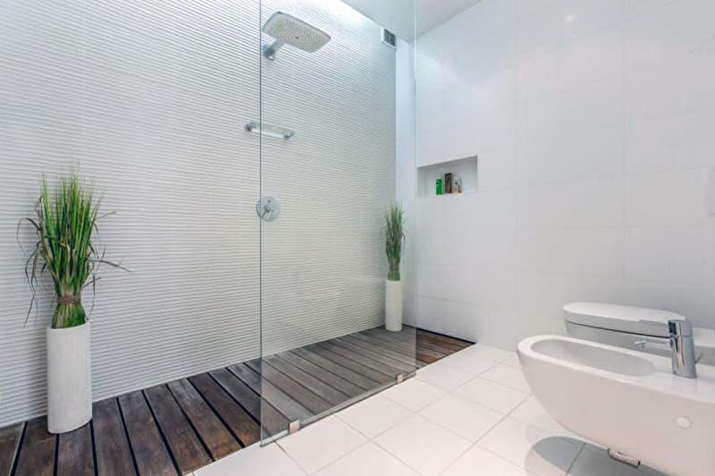 Ванная комната в белых цветах