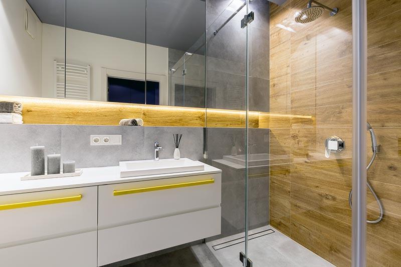 Зеркальные поверхности в ванной комнате
